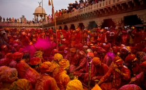 lathmar-holi-at-barsana-temple-mathura